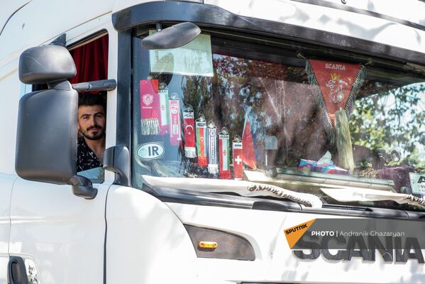 Դավիթ Բեկ գյուղի մոտ հասած իրանական բեռնատարներից մեկի վարորդը:Սեպտեմբերի 12-ից ադրբեջանցիները Իրանի բեռնատարերից «մաքսավճար» է պահանջում Կապան-Գորիս մայրուղով երթևեկելու համար։ - Sputnik Արմենիա