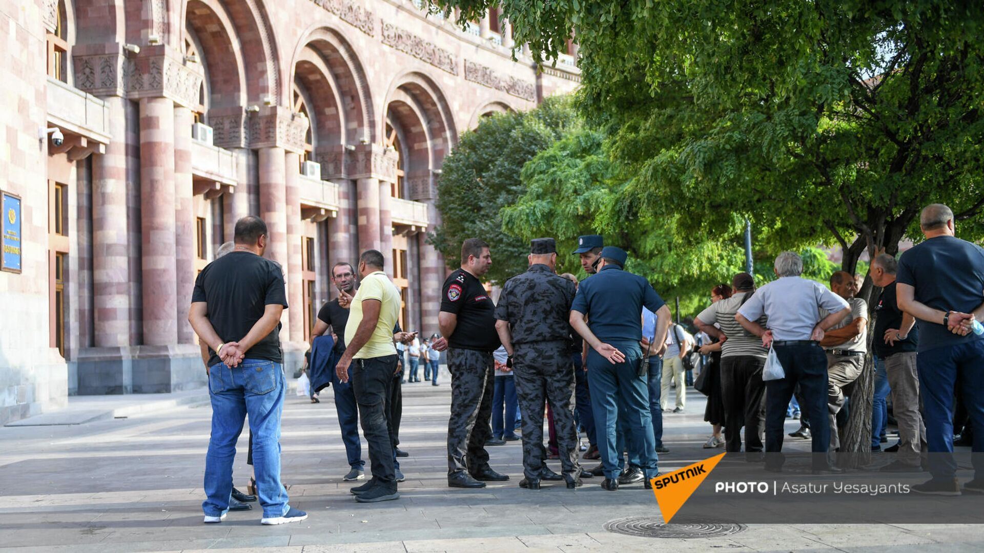 Акция протеста родственников погибших военнослужащих против проведения праздничных мероприятий на 21 сентября  (17 сентября 2021). Еревaн - Sputnik Армения, 1920, 19.09.2021