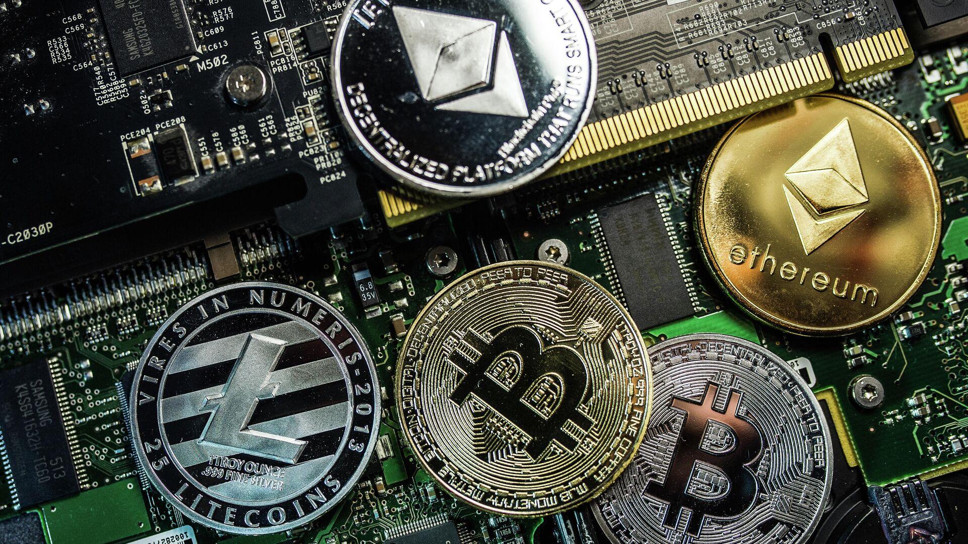 Сувенирные монеты с логотипами криптовалют Bitcoin, Litecoin и Ethereum. - Sputnik Армения, 1920, 17.09.2021