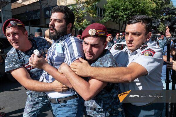Երևանում բերման են ենթարկում Անկախության օրվա միջոցառման դեմ բողոքողներին - Sputnik Արմենիա