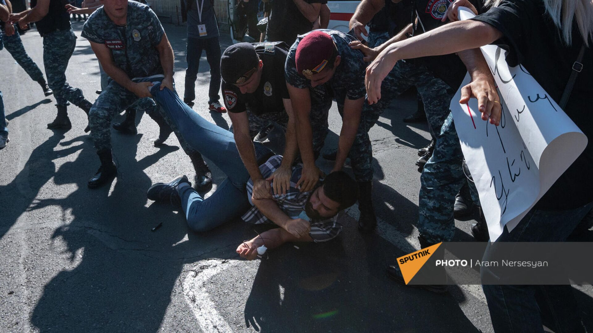 Полиция задерживает противников праздничный мероприятий ко Дню независимости Армении (18 сентября 2021). Еревaн - Sputnik Армения, 1920, 18.09.2021