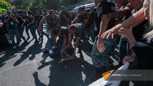 Полиция задерживает противников праздничный мероприятий ко Дню независимости Армении (18 сентября 2021). Еревaн - Sputnik Արմենիա