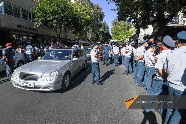 Полиция задерживает противников праздничный мероприятий ко Дню независимости Армении (18 сентября 2021). Еревaн - Sputnik Армения