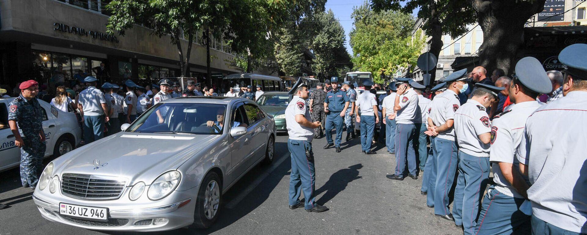 Полиция задерживает противников праздничный мероприятий ко Дню независимости Армении (18 сентября 2021). Еревaн - Sputnik Արմենիա, 1920, 18.09.2021