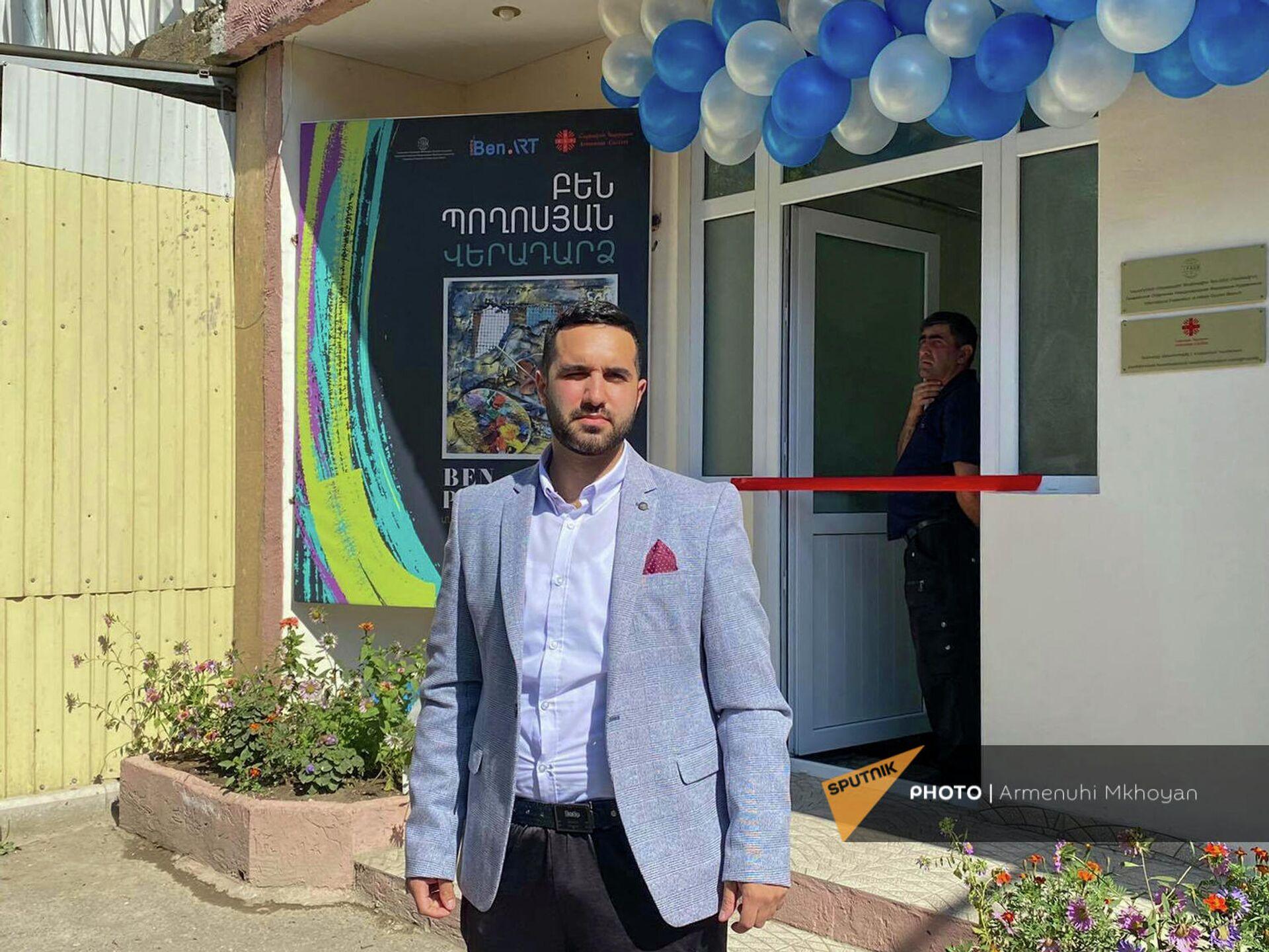 Бен Погосян перед церемонией открытия своей выставки в День города Гюмри - Sputnik Армения, 1920, 24.09.2021