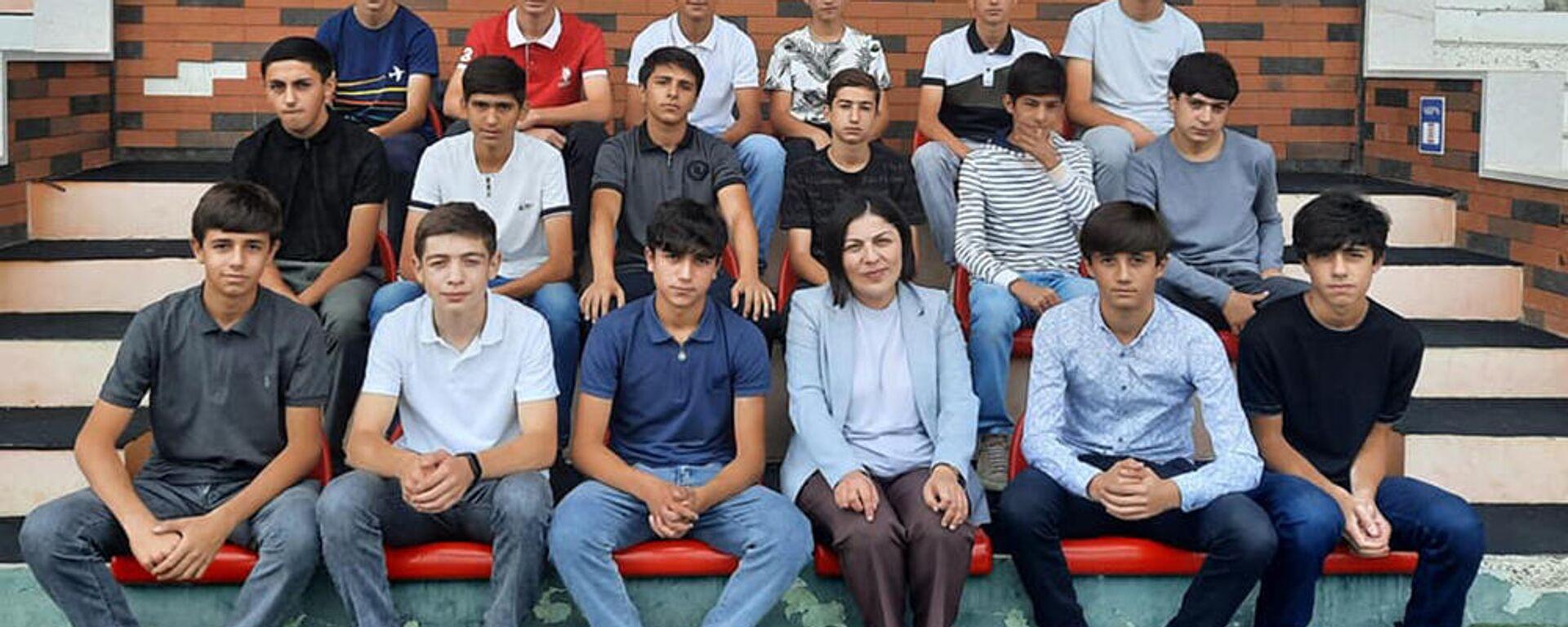 Министр образования Карабаха встретилась с футболистами молодежного клуба Лернаин Арцах - Sputnik Արմենիա, 1920, 18.09.2021