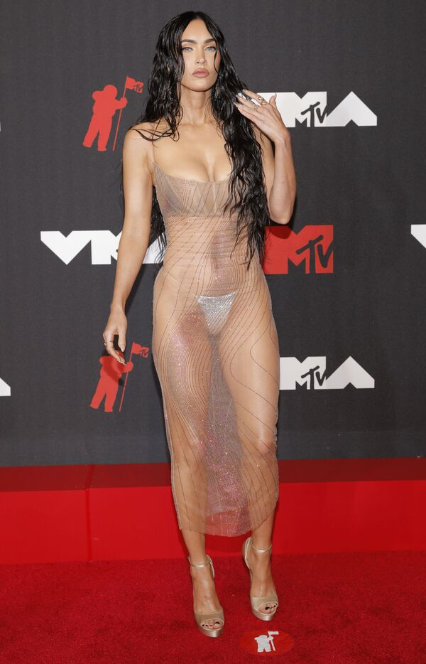 Актриса Меган Фокс в прозрачном платье на красной дорожке MTV Video Music Awards 2021. - Sputnik Армения