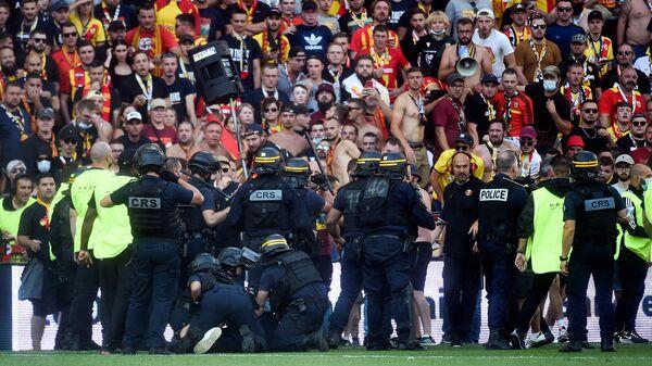 Болельщики ФК Лэнс выходят на поле во время перерыва футбольного матча французской лиги 1 между клубами Лэнс и Лилль (18 сентября 2021). Лэнс - Sputnik Армения
