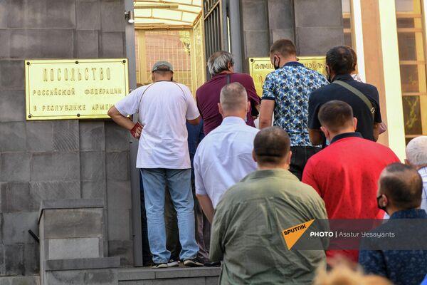 ՌԴ Պետդումայի ընտրությունները Երևանում ՌԴ դեսպանատան տարածքում (2021թ․ սեպտեմբերի 19): ԵրևանՀայաստանում ՌԴ Պետդումայի ընտրությունների զանգվածային քվեարկության հիմնական օրը տեղի է ունենում 6 ընտրատեղամասերում։ - Sputnik Արմենիա
