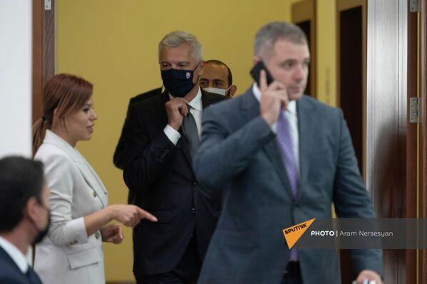 Հայաստանի և Սլովակիայի արտգործնախարարներ Արարատ Միրզոյանն ու Իվան Կորչոկը` համատեղ մամուլի ասուլիսից առաջ (2021թ․ սեպտեմբերի 14): ԵրևանԵրեքշաբթի աշխատանքային այցով Հայաստան էր ժամանել Սլովակիայի ԱԳ նախարար Իվան Կորչոկը։ Հայ գործընկերոջից բացի Կորչոկը հանդիպել է նաև վարչապետի և ԱԺ նախագահի հետ։ - Sputnik Արմենիա