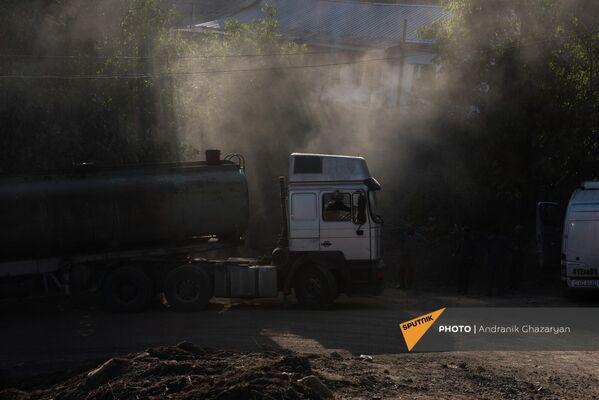 Իրանական բեռնատարը հայտնվել է Վերին Խոտանան գյուղի շրջանցիկ ճանապարհի անանցանելի շրջադարձում։Իշխանություններն այլընտրանք են առաջարկում՝ Կապանից Գորիս անցնել Տաթևով, որն այժմ ակտիվորեն վերանորոգում և ընդլայնում են։ Սակայն այս պահին մայրուղու վրա կան դժվարանցանելի հատվածներ։ - Sputnik Արմենիա