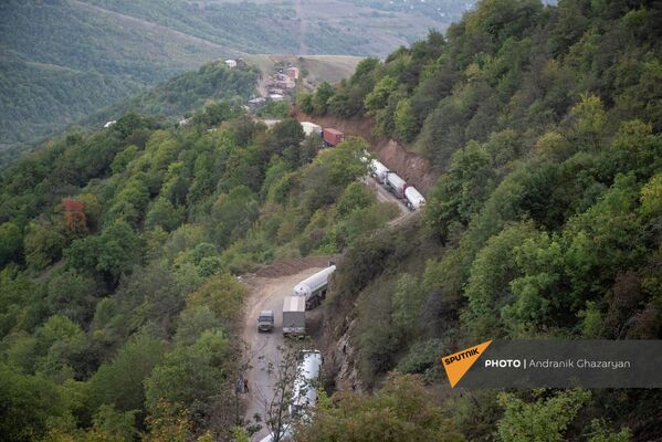 Իրանական բեռնատարների «հերթը» շրջանցիկ ճանապարհի վրա Վերին Խոտանան գյուղի մոտ։Այդ իսկ պատճառով որոշ հատվածներում բեռնատարերից երկար խցանումներ են գոյանում։ - Sputnik Արմենիա