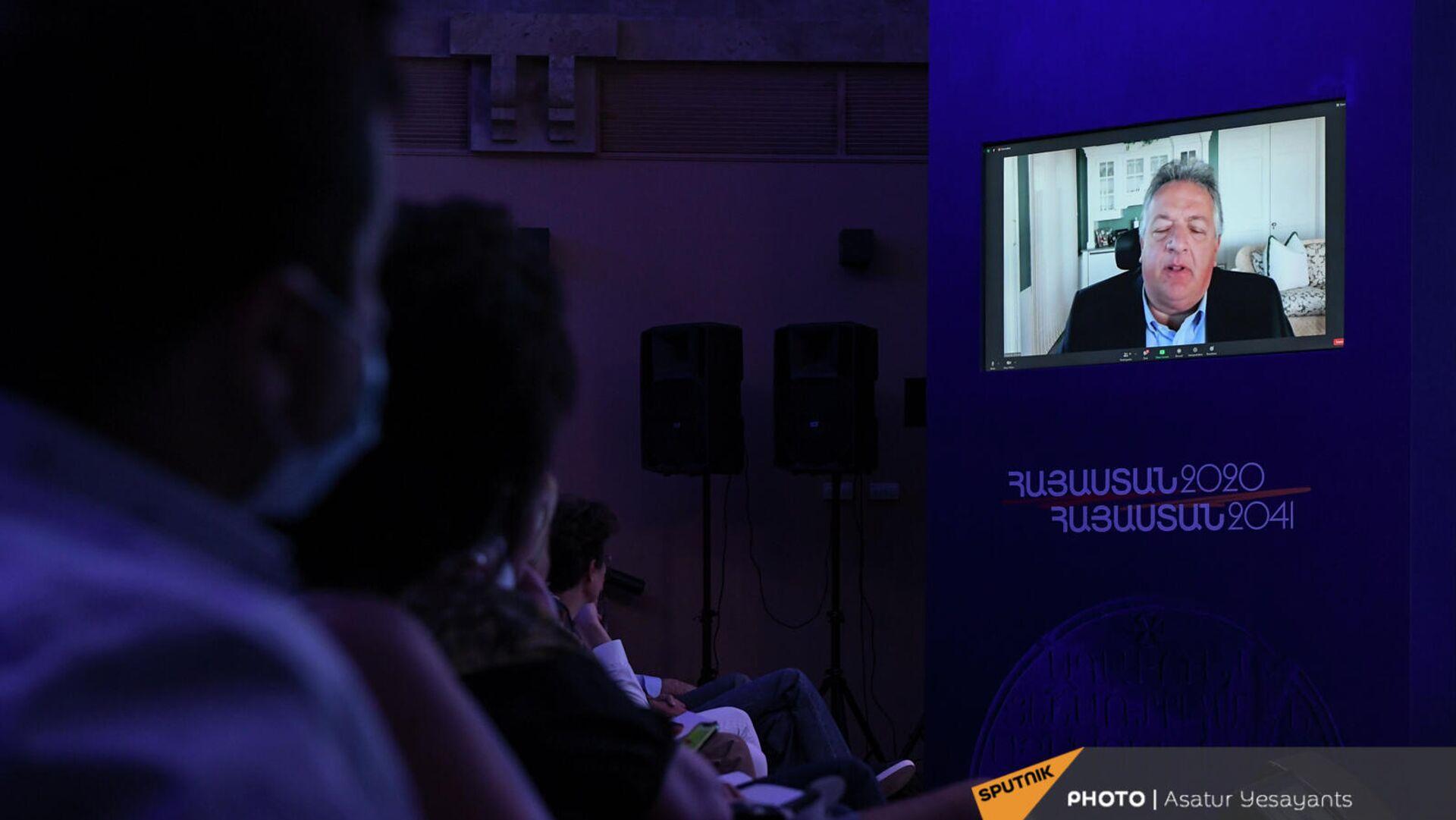 Нубар Афеян выступает с речью в онлайн режиме на форуме Из Армении 2020 в Армению 2041 (19 сентября 2021). Еревaн - Sputnik Армения, 1920, 19.09.2021