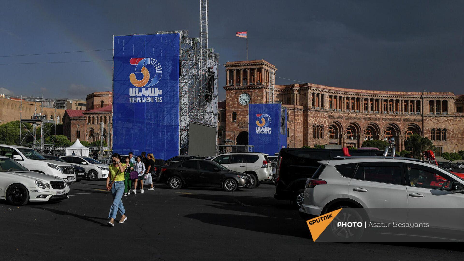 Площадь Республики перед акцией протеста родственников погибших военнослужащих против проведения праздничных мероприятий на 21 сентября (17 сентября 2021). Еревaн - Sputnik Армения, 1920, 17.09.2021