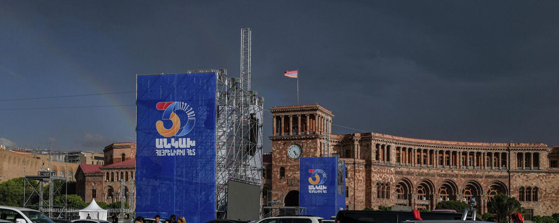 Площадь Республики перед акцией протеста родственников погибших военнослужащих против проведения праздничных мероприятий на 21 сентября (17 сентября 2021). Еревaн - Sputnik Արմենիա, 1920, 19.09.2021