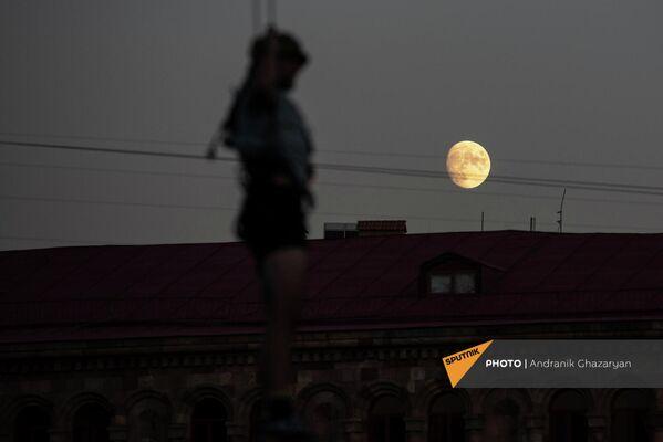 Ակրոբատները` Հանրապետության հրապարակում անկախության օրվա տոնակատարության փորձի ժամանակ: - Sputnik Արմենիա