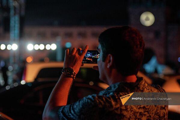 Զբոսաշրջիկը նկարահանում է Հանրապետության հրապարակում Անկախության օրվա տոնակատարության փորձը։ - Sputnik Արմենիա