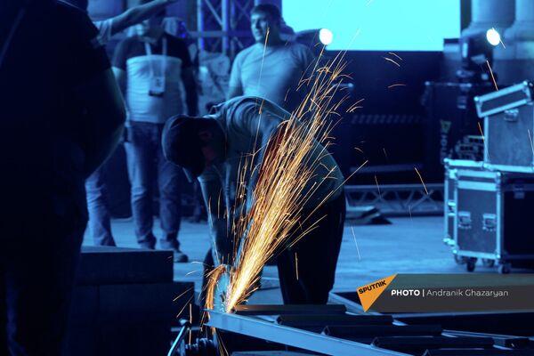 Հանրապետության հրապարակում անկախության օրվա տոնակատարության համար «կուլիսների ետևում» դեկորացիաներ են պատրաստում։ - Sputnik Արմենիա