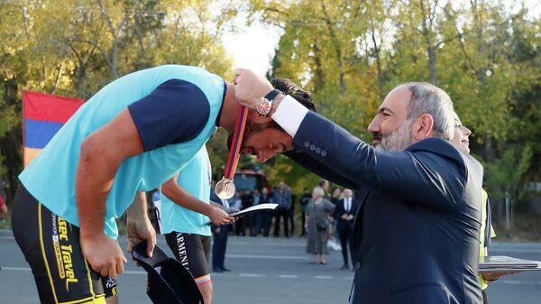 Премьер-министр Никол Пашинян принял участие в церемонии награждения победителей любительского турнира по шоссейному велоспорту Кубок премьер-министра РА на полуострове озера Севан (19 сентября 2021). - Sputnik Արմենիա