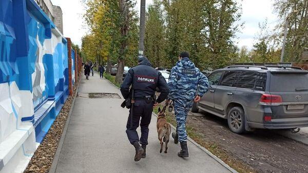 Сотрудники полиции со служебной собакой на улице после инцидента со стрельбой в Пермском государственном университете (20 сентября 2021). Пермь - Sputnik Армения