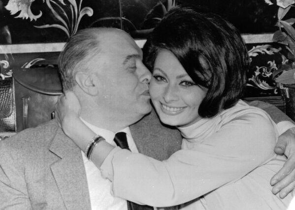 В Риме девушку заметил известный кинопродюсер Карло Понти, которому на тот момент было 37 лет. Понти был в то время женат, а для католика получить развод было делом весьма непростым. Отчаявшись, Карло и София тайно поженились в Мексике. Позже развод был получен, и 9 апреля 1966 года Карло вторично женился на Софии. - Sputnik Армения