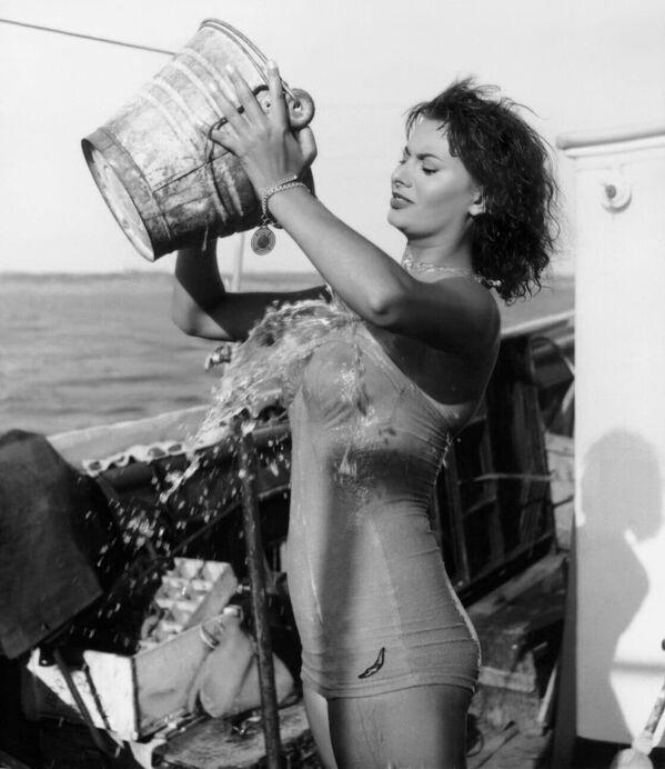 Первоначально Понти позиционировал свою избранницу в качестве секс-бомбы в малоизвестных картинах с экзотической обстановкой, давая Лорен возможность щеголять перед зрителями в замысловатых нарядах. Будущая суперзвезда не стеснялась кинокамеры, так что в ряде картин ее можно было увидеть топлесс. - Sputnik Армения