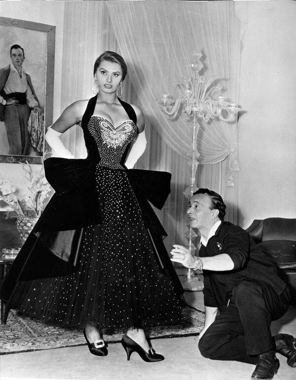 Софи Лорен примеряет платье с драгоценными камнями итальянского модельера Эмилио Шуберта.Понти сделал из провинциальной девушки актрису мирового масштаба, псевдоним также придумал он. А в начале 1960-х годов он выкупил все эти фильмы, чтобы не портить репутацию уже известной к тому времени Софи Лорен. - Sputnik Армения
