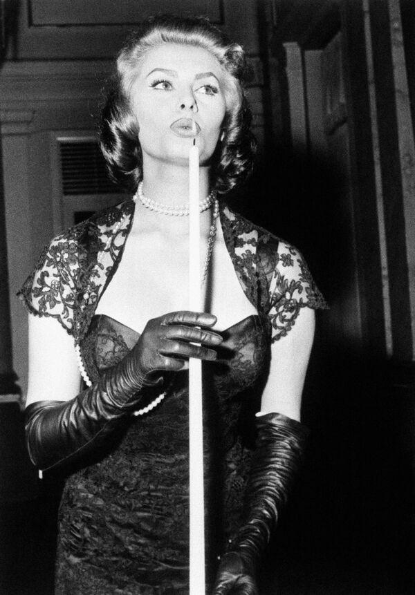 Софи Лорен гасит свечу на коктейльной вечеринке кинофестиваля в Копенгагене. - Sputnik Армения