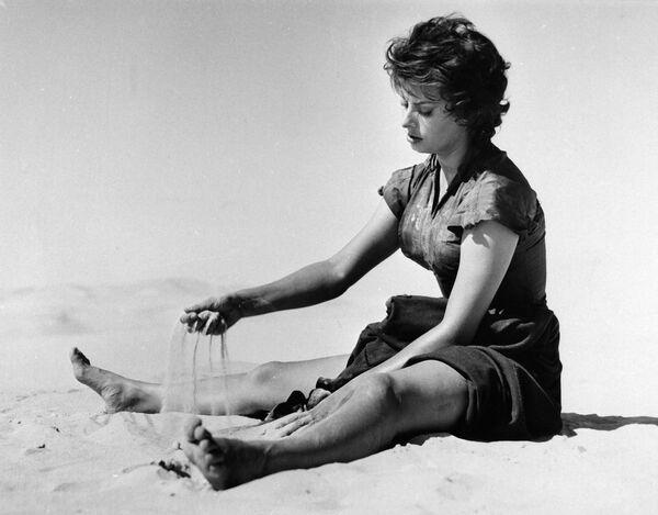 В 1956 году Софи отправилась покорять США, где сыграла в лентах Гордость и страсть, Легенда о былом (на фото), Плавучий дом. Писали, что у нее был роман с Кэри Грантом, но он длился недолго. Она успела сняться практически со всеми секс-символами 60-х: Кларком Гейблом (в ленте Это началось в Неаполе), Марлоном Брандо (в Графине из Гонконга), Ричардом Бертоном (в Поездке). - Sputnik Армения