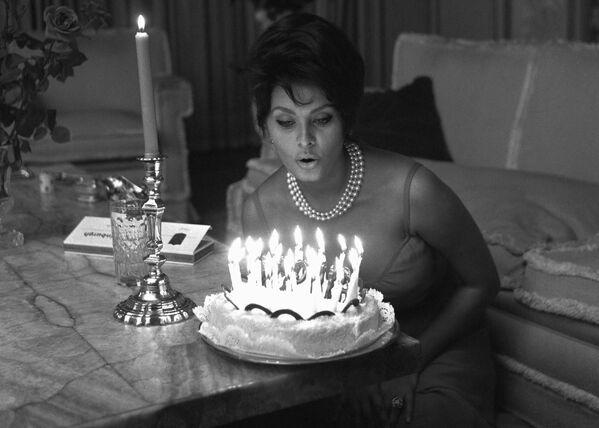 Итальянская актриса готовится задуть свечи на торте в день 27-летия в своем доме в Риме. - Sputnik Армения