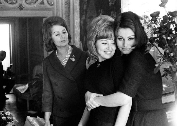 Младшая сестра Софи Лорен Анна Мария в 1962 году вышла замуж за сына Бенито Муссолини Романо и родила двух дочерей. Правда, их брак закончился разводом. Интересно, что одна из дочерей Анны Марии Алессандра Муссолини состоялась в качестве политика – она была избрана депутатом Европарламента. - Sputnik Армения