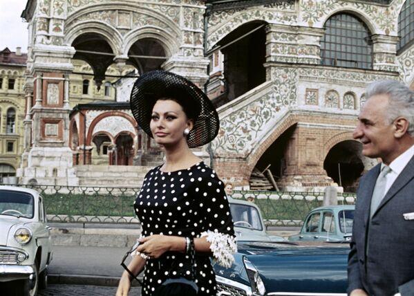 Софи Лорен на IV Московском международном кинофестивале в 1965 году. Тогда она получила приз за роль в фильме Брак по-итальянски. - Sputnik Армения