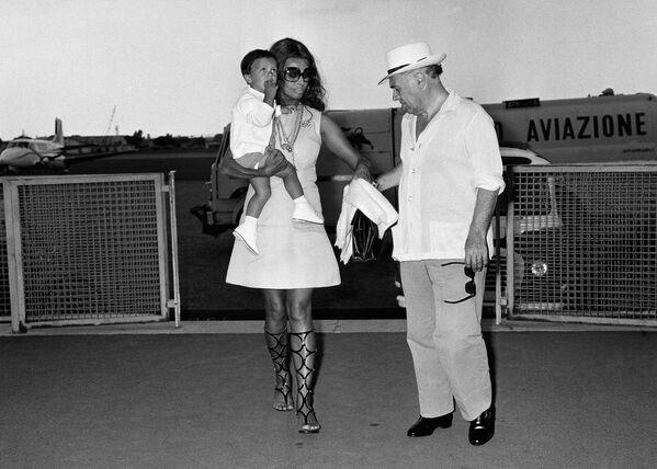 Софи Лорен с сыном и мужем Карло Понти в 1970-м. Во второй половине 70-х Софи Лорен редко снималась в кино, а с 1984 года ее роли становятся и вовсе единичными. - Sputnik Армения