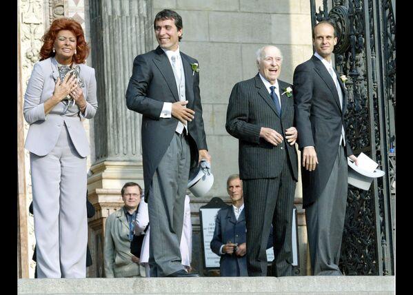 Вся семья на свадьбе Карло Понти-младшего с Андреа Месарос, 18 сентября 2004 года. В 2007 году первый и единственный супруг Софи скончался, не дожив несколько месяцев до их золотой свадьбы. - Sputnik Армения