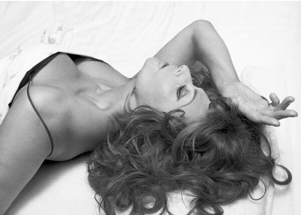 В 71 год Софи Лорен была названа самой красивой женщиной в мире. Свидетельством ее неувядаемого очарования стала публикация в том же 2006 году ее фото в новом календаре Pirelli 2007. - Sputnik Армения