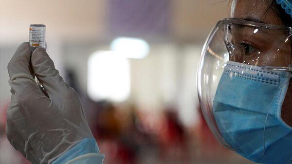 Медсестра готовит дозу вакцины против коронавирусной болезни. - Sputnik Армения