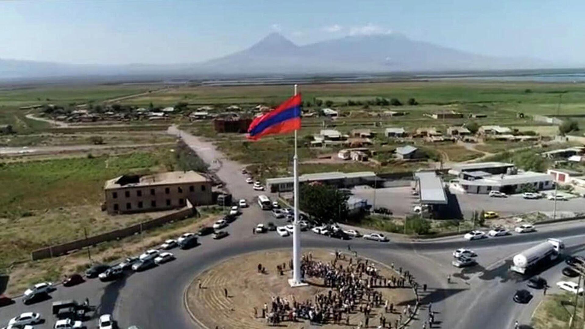 Երասխում բարձրացվել է Հայաստանի ամենամեծ եռագույնը - Sputnik Արմենիա, 1920, 21.09.2021