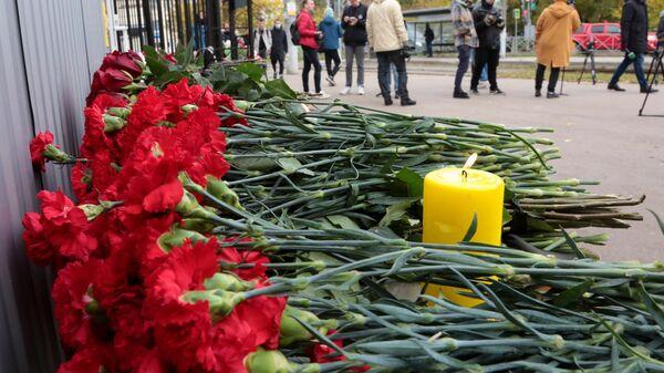Цветы в память о погибших в результате стрельбы в Пермском университете - Sputnik Армения
