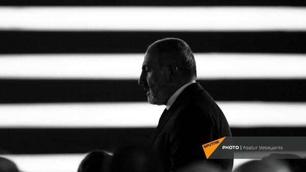 Премьер-министр Никол Пашинян после приветственной речи перед праздничным концертом (21 сентября 2021). Ереван - Sputnik Армения