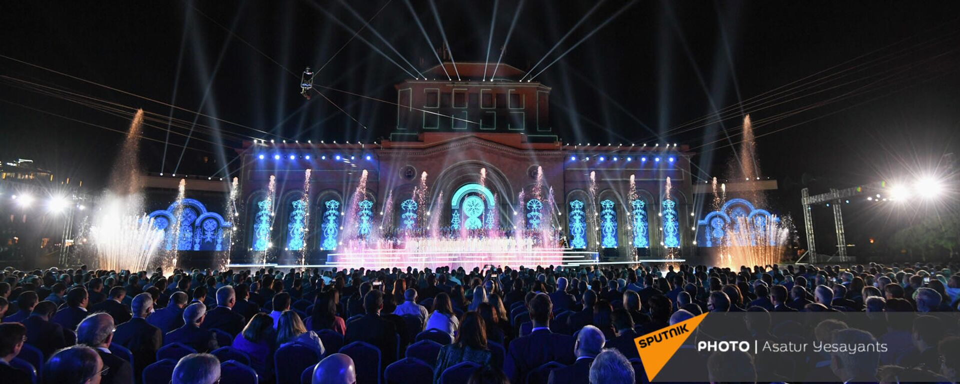 Артисты на сцене во время праздничного концерта по случаю 30-летия независимости Республики Армения (21 сентября 2021). Ереван - Sputnik Արմենիա, 1920, 21.09.2021