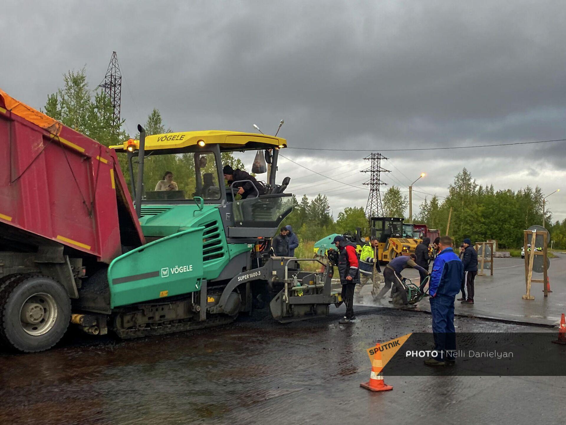 Հայ շինարարներն ասֆալտապատման աշխատանքներ են կատարում Պոլյարնիե Զորի քաղաքում - Sputnik Արմենիա, 1920, 23.09.2021