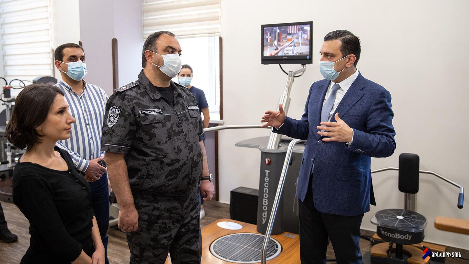 Начальник Полиции Армении Ваге Казарян посетил Реабилитационный центр Защитника Отечества (22 сентября 2021). Еревaн - Sputnik Армения, 1920, 22.09.2021