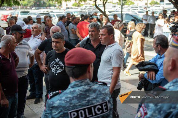 Крестьяне Армавирской области протестуют у Дома правительства и требуют встречи с премьер-министром (23 сентября 2021). Еревaн - Sputnik Армения