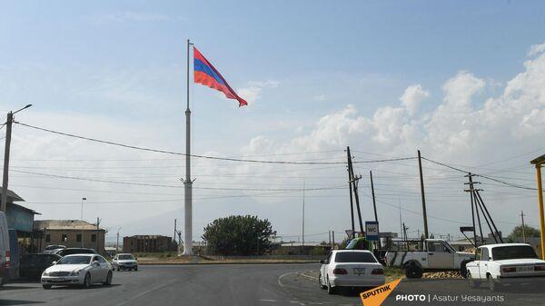 Самый большой триколор в стране поднят в общине Ерасх Араратской области - Sputnik Армения
