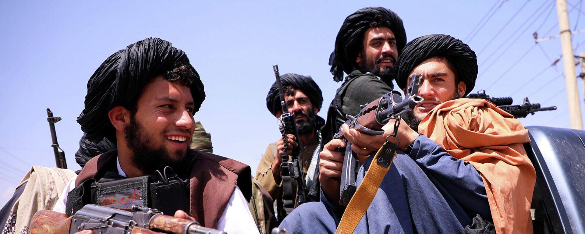 Боевики Талибана патрулируют международный аэропорт Хамида Карзая в Кабуле (2 сентября 2021). Афганистан - Sputnik Армения, 1920, 12.10.2021
