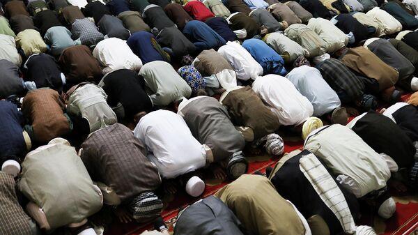Афганские мужчины молятся в мечети в Кабуле (17 сентября 2021). Афганистан - Sputnik Армения