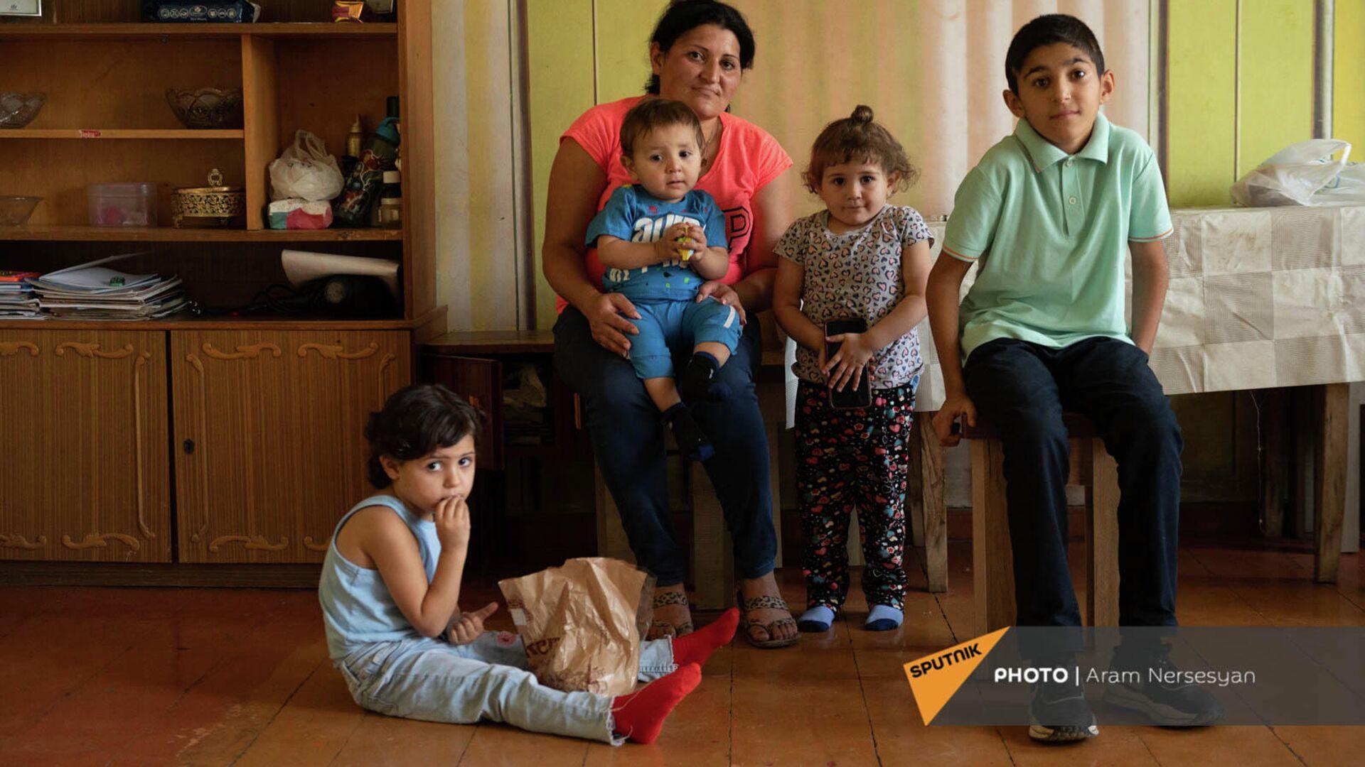 Лиана Жамгарян с детьми - Арутом, Ованнесом, Мерине и Анной - Sputnik Армения, 1920, 25.09.2021