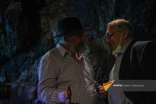 Борис Гаспарян (слева) и Бедржих Копецки в пещере Арени-1 - Sputnik Армения