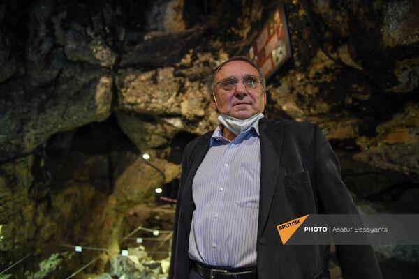Чрезвычайный и Полномочный посол Чехии в Армении Бедржих Копецки в пещере Арени-1 - Sputnik Армения