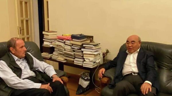 Первый президент Армении Левон Тер-Петросян принял экс-президента Кыргызской Республики Аскара Акаева (23 сентября 2021). Еревaн - Sputnik Армения